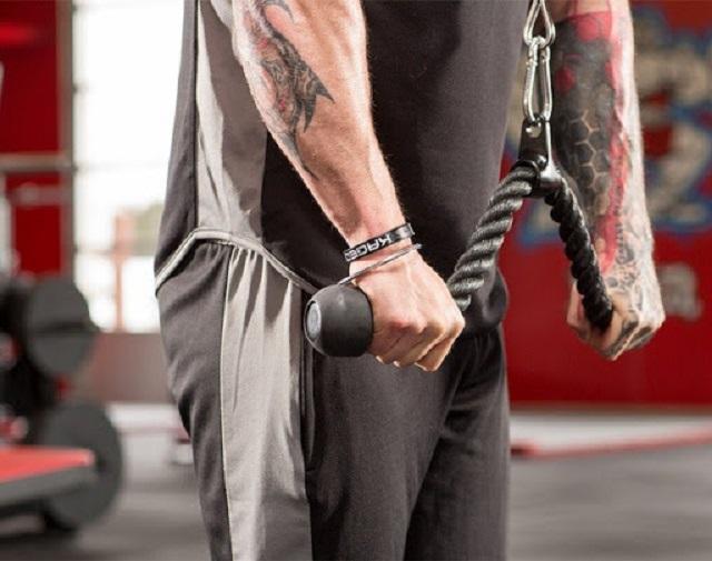 Dùng tay siết chặt vào tay cầm của dây cáp rồi kéo xuống và thở ra