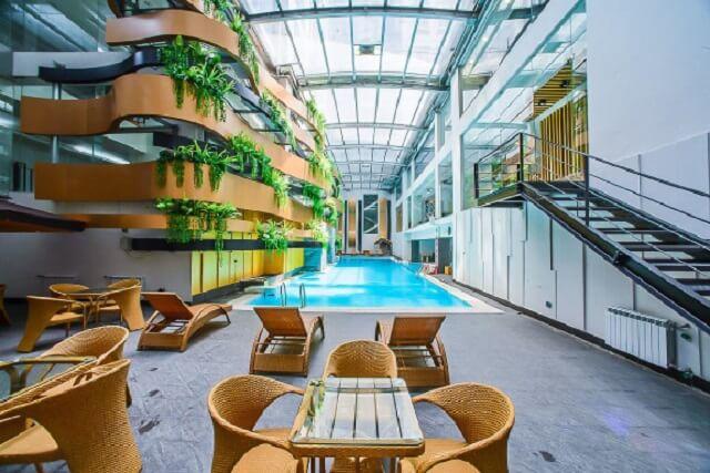Bể bơi 4 mùa rộng rãi, thoáng mát hòa với thiên nhiên