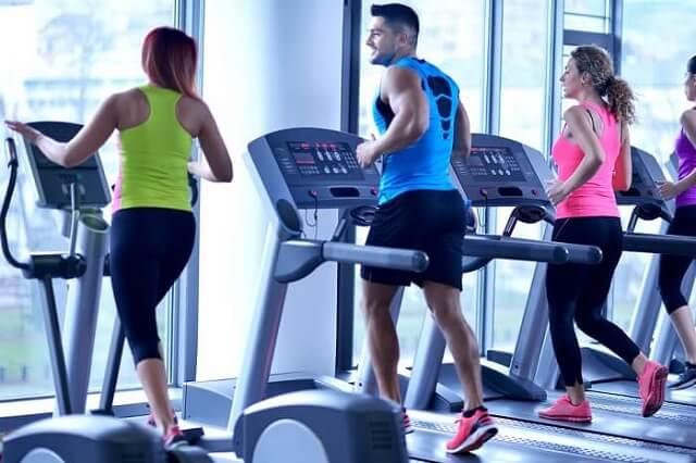 Máy chạy bộ trong phòng gym