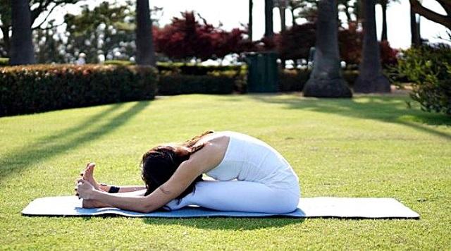 Tư thế gập người giúp giảm đau lưng hiệu quả