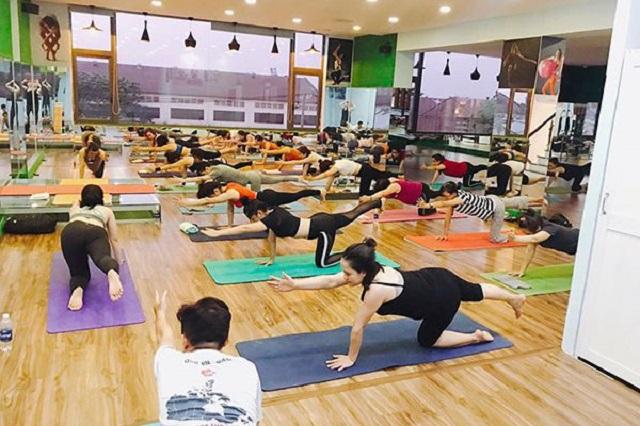 phong-tap-yoga-quan-12